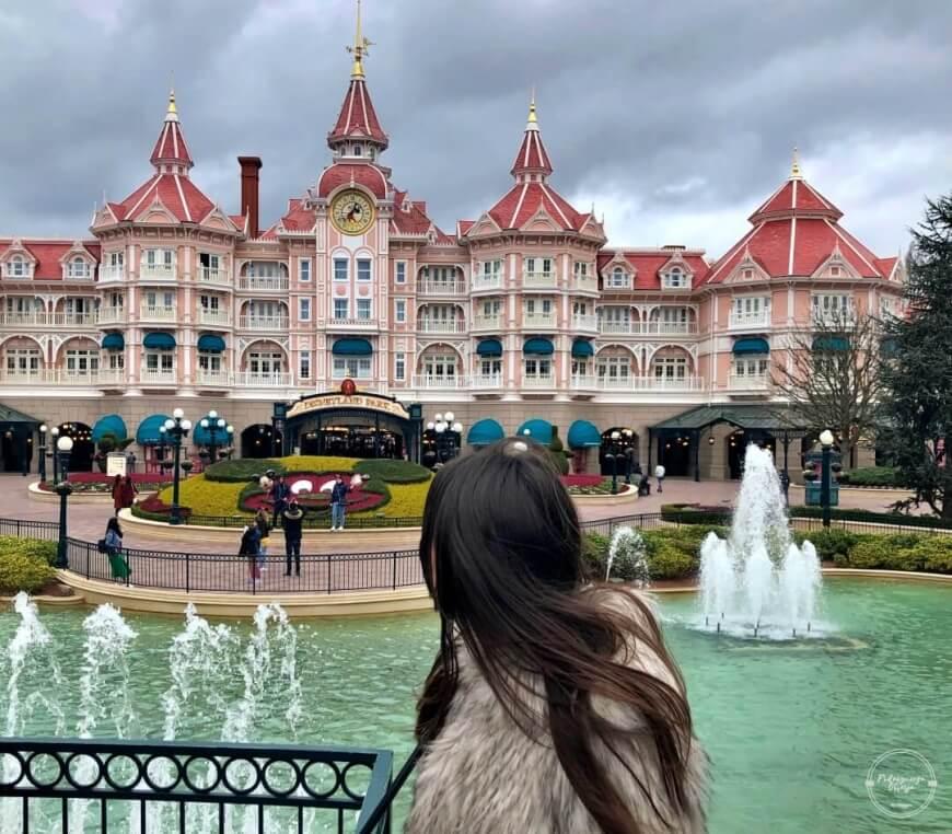 Maggie w Disneylandzie w Paryżu