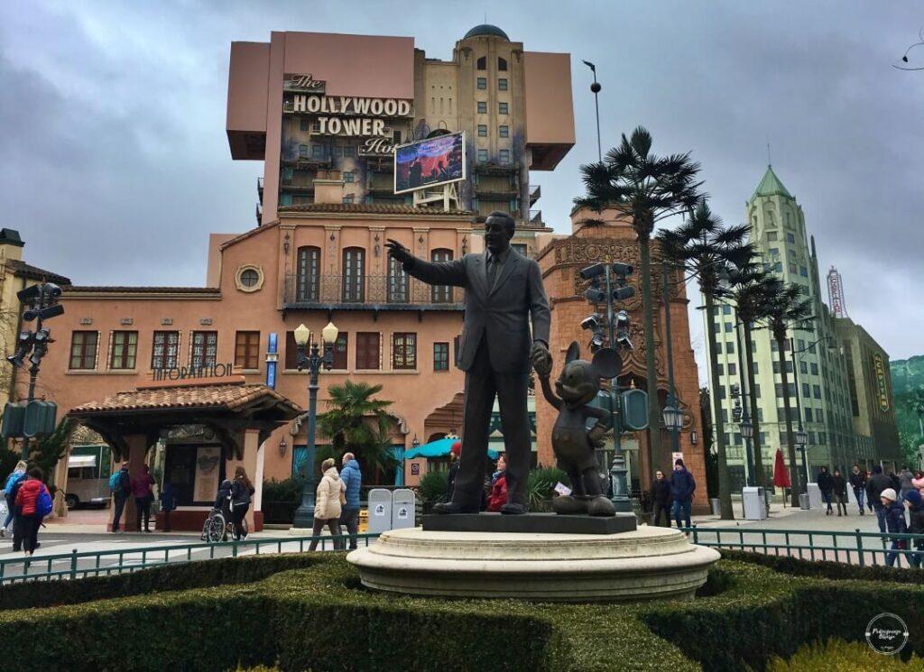 Posąg Walta Disneya w Disneylandzie w Paryżu