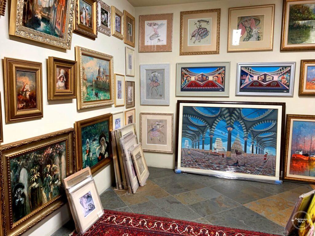 obrazy w galerii sztuki