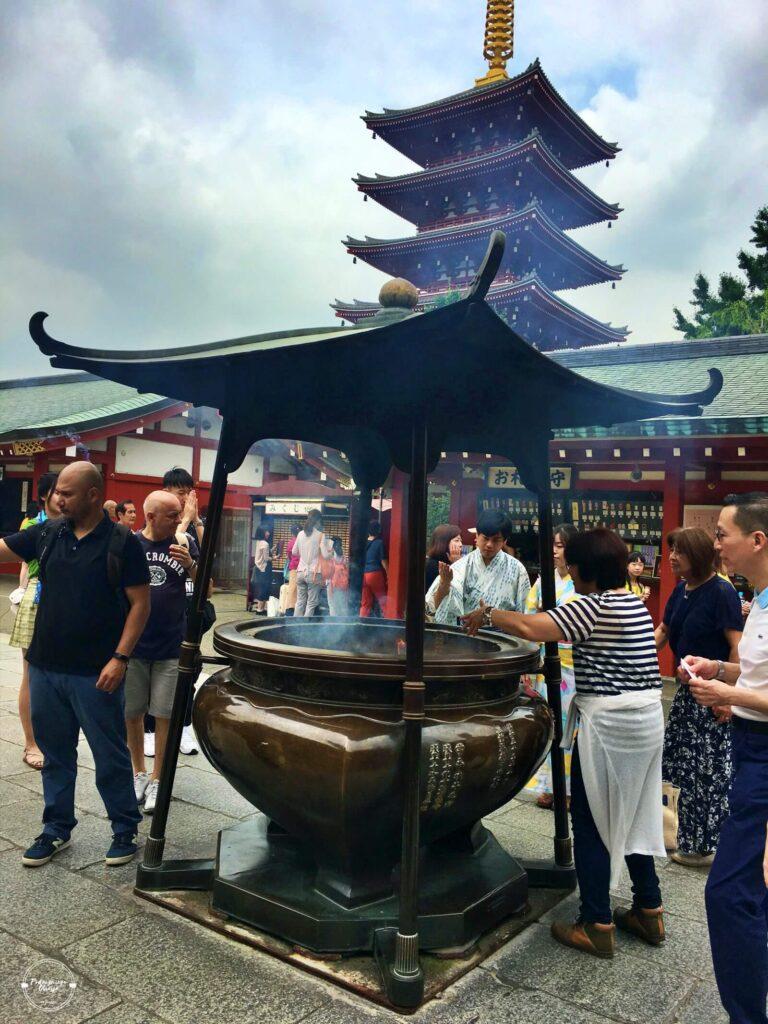 Uzdrowicielski dym z kadzidła w światyni Senso-ji